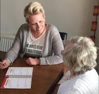 Ergotherapeute geeft agendatraining aan mensen met geheugenproblematiek