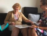 mevrouw met demenie is blij met eigen verhalen   ikbenboek